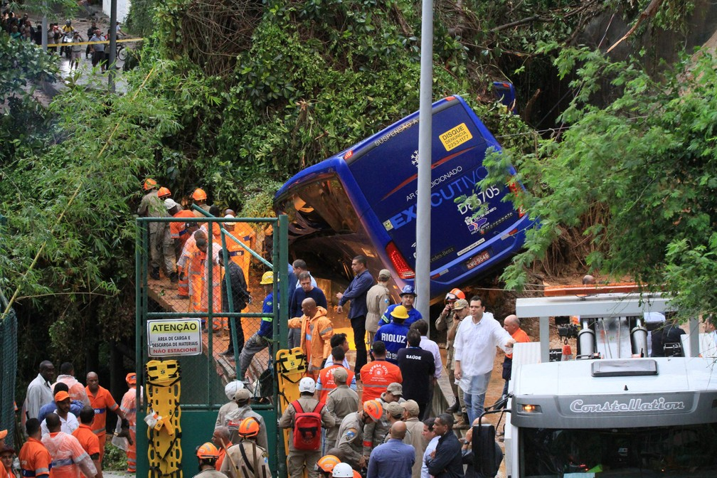Bombeiros trabalham em busca de desaparecido em ônibus que foi atingido pela queda de uma barreira na Avenida Niemeyer, próximo ao Vidigal, na zona sul do Rio de Janeiro — Foto: José Lucena/Futura Press/Estadão Conteúdo