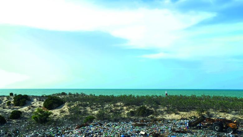 Lixão localizado na altura de um dos pontos turísticos mais importantes de Galinhos (RN), o Farol Galinhos (Foto: Léo Caldas)