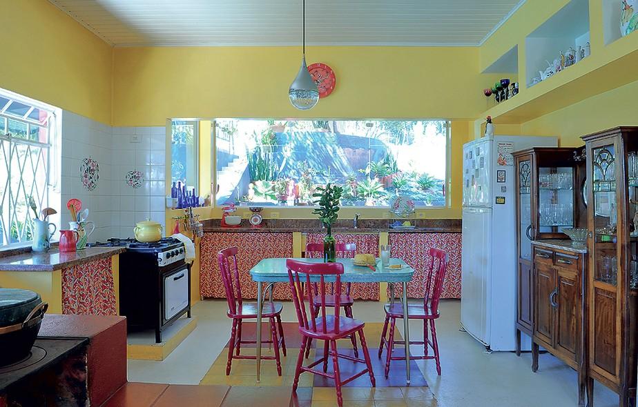 O tom jovial do amarelo claro nas paredes deixa o ambiente vibrante. O piso com ladrilho hidráulico e os móveis garantem o aconchego do tempo de nossos avós. Criada pela designer de interiores Neza Cesar