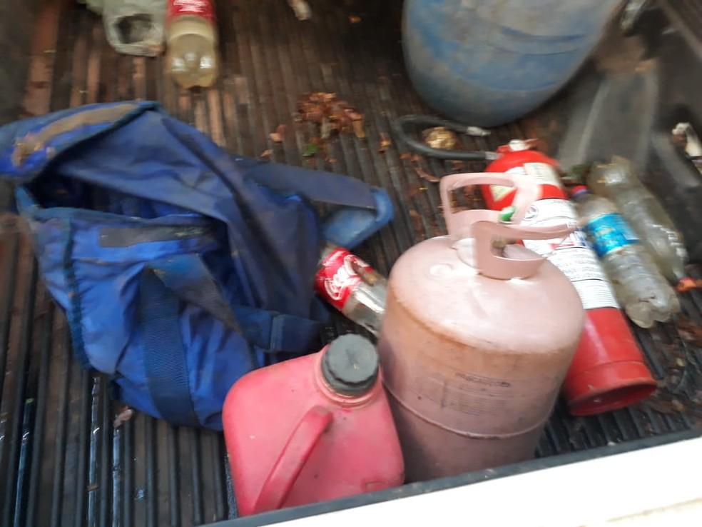Botijão de gás e diversos outros materiais foram apreendidos nos veículos (Foto: Divulgação/PM)