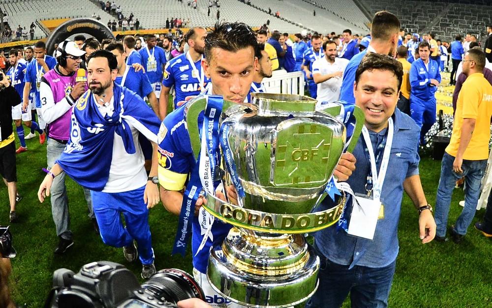 Diretoria do Cruzeiro garante permanência de Mano, acena com reforços e sonha com Mundial