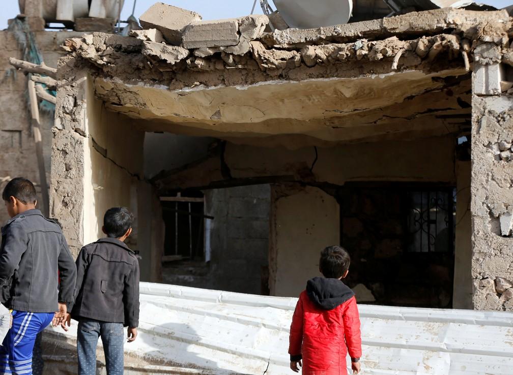 Meninos observam estragos após bombardeio da Arábia Saudita no Iêmen — Foto: REUTERS/Khaled Abdullah