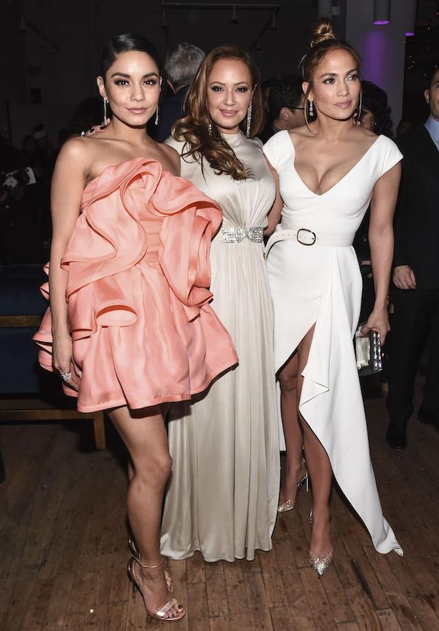 Vanessa Hudgens, Leah Remini e J-Lo de branco total em um vestido Elie Saab (Foto: Getty Images)