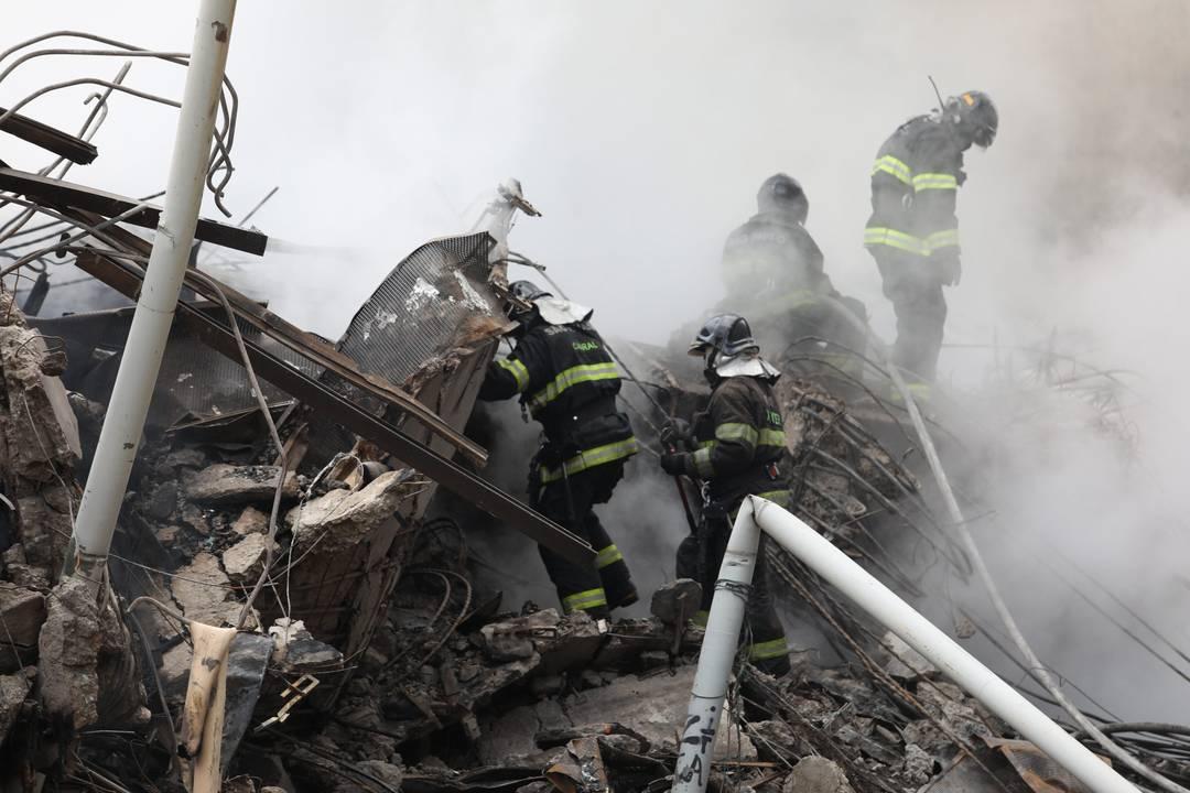 Bombeiros fazem retirada manual dos escombros na esperança de encontrar sobreviventes