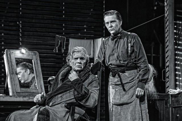 Tarcísio Meira e Kiko Mascarenhas na peça 'O camareiro' (Foto: Priscila Prade)