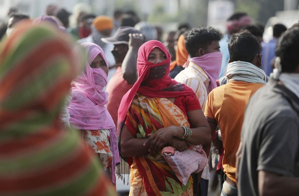 Trabalhadores indianos à procura de emprego fazem fila em Jammu, na Índia, em foto deste domingo (27) — Foto: Channi Anand/Associated Press
