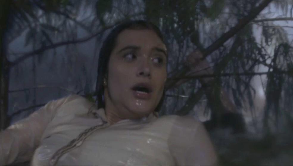 Luna (Juliana Paiva) tenta ajudar Téo (Felipe Simas) na tempestade — Foto: TV Globo