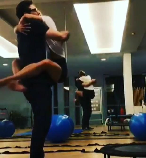 Sasha pula no colo do pai, Luciano Szafir (Foto: Reprodução Instagram)