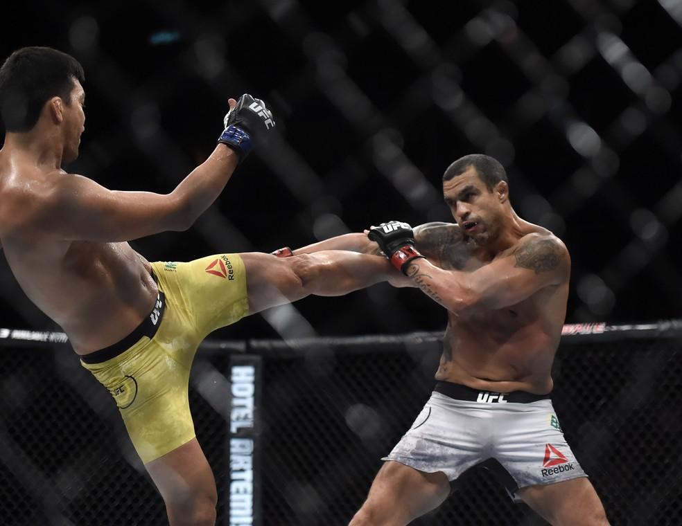 Dragão levou a melhor na luta válida pelo peso-médio (Foto: Andre Durão)
