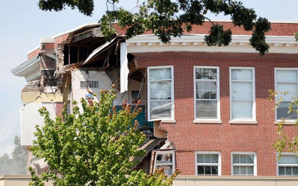 Prédio da Minnehaha Academy, em Minneapolis, é visto com telhado destruído após explosão na quarta (2)  (Foto: Reuters/Adam Bettcher)