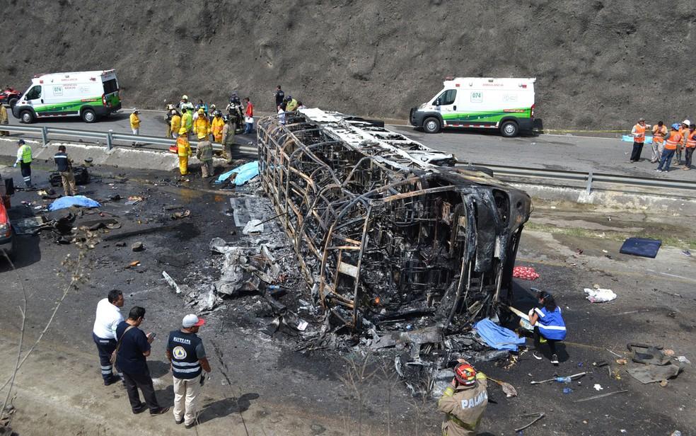 Ônibus que voltava de santuário mexicano ficou destruído pela colisão e fogo — Foto: Guillermo Carreon / AFP Photo