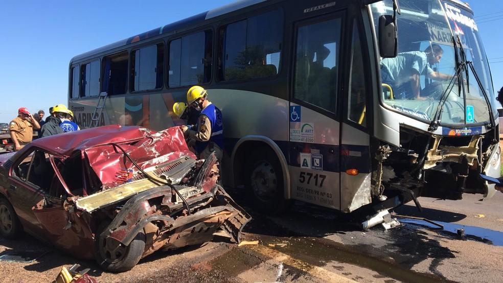 Motorista do carro morreu após batida com ônibus na PR-323, em Cianorte (Foto: PRE/Divulgação)