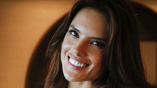 Alessandra Ambrosio comemora futuro de Samia: 'Alex não merece ninguém'