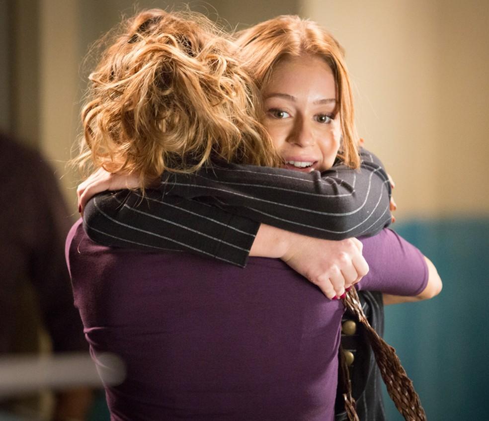 Ao sair da prisão, Eliza (Marina Ruy Barbosa) encontra com Gilda (Leona Cavalli) — Foto: Fabiano Battaglin/Gshow