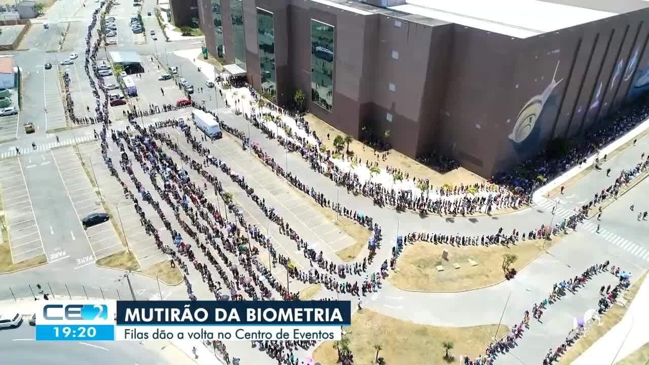 Debaixo de sol forte milhares de eleitores na fila da biometria