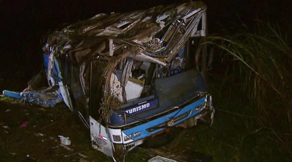 Acidente de ônibus deixa três mortos e dezenas de feridos em Vargem Grande do Sul (SP) — Foto: Ely Venancio/EPTV