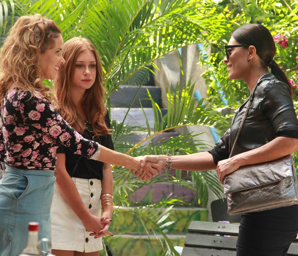 Gilda (Leona Cavalli) conhece Carolina (Juliana Paes) em 'Totalmente Demais' — Foto: TV Globo