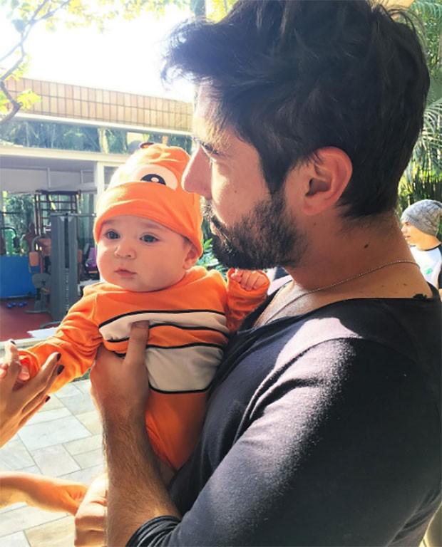 Jessica Costa posta foto do marido, Sandro Pedroso, com o filho (Foto: Reprodução / Instagram)
