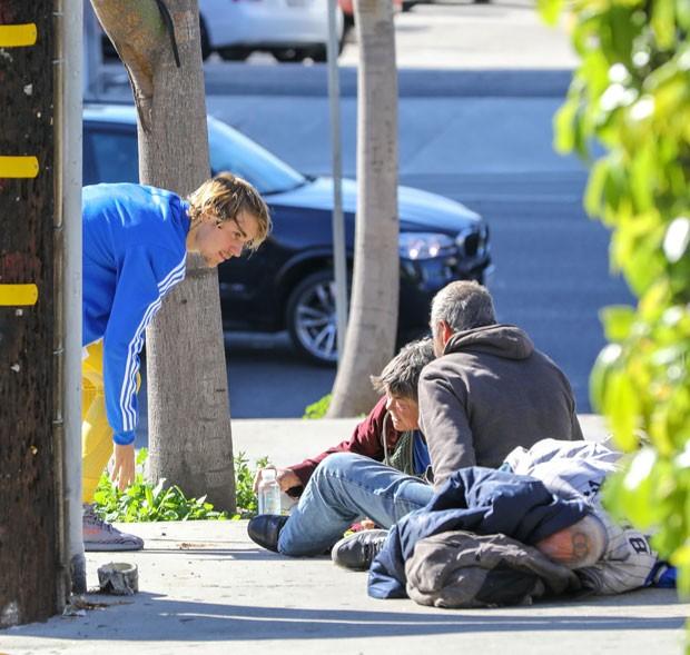 Justin Bieber e os moradores de rua (Foto: The Grosby Group)