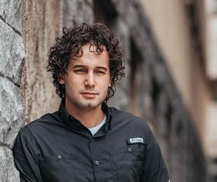 Rafael Almeida fala da carreira de diretor e do namoro com cantora (Larissa Marques)