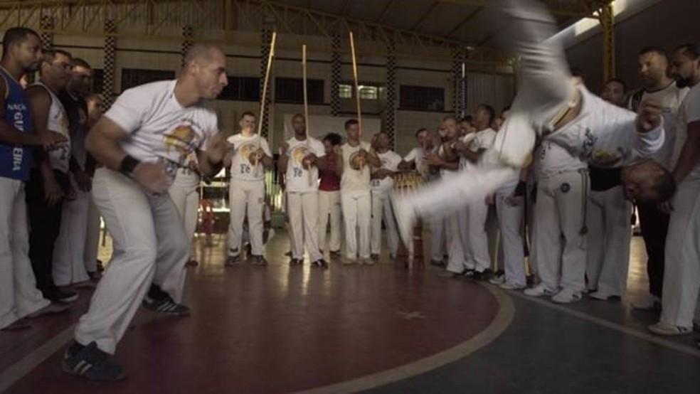 Capoeira chegou a ser proibida no passado e, em 2014, recebeu o título de Patrimônio Cultural Imaterial da Humanidade da Unesco (Foto: BBC Brasil/Reprodução)