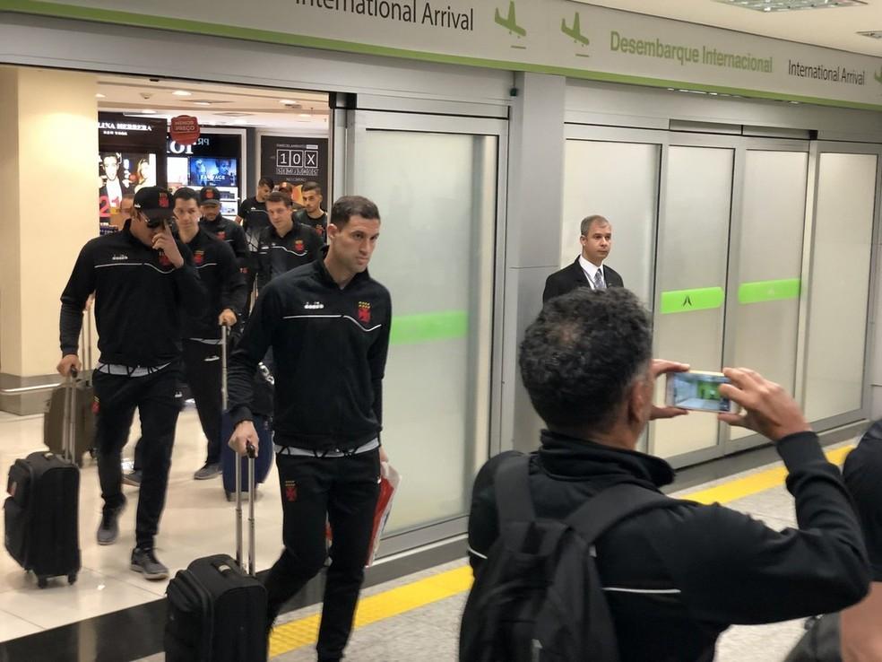 Equipe do Vasco desembarca no Aeroporto JK, em Brasília (Foto: Daniel Borges/Globoesporte.com)