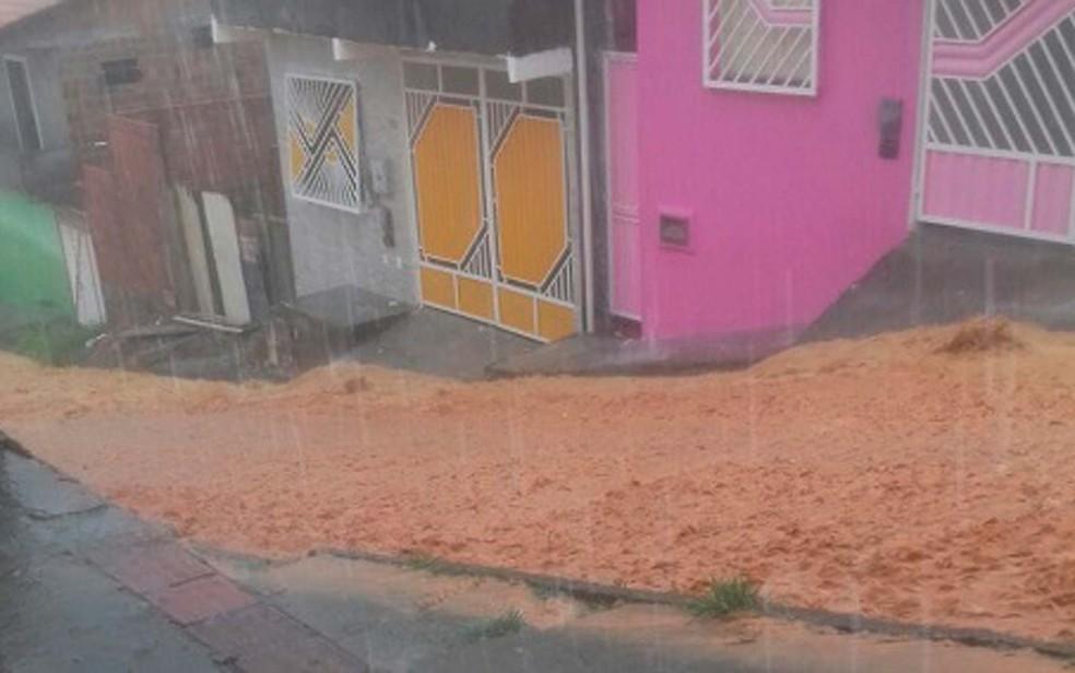 Enxurrada arrastou terra e lixo pela cidade do sudoeste da Bahia (Foto: Giro Ipiaú)