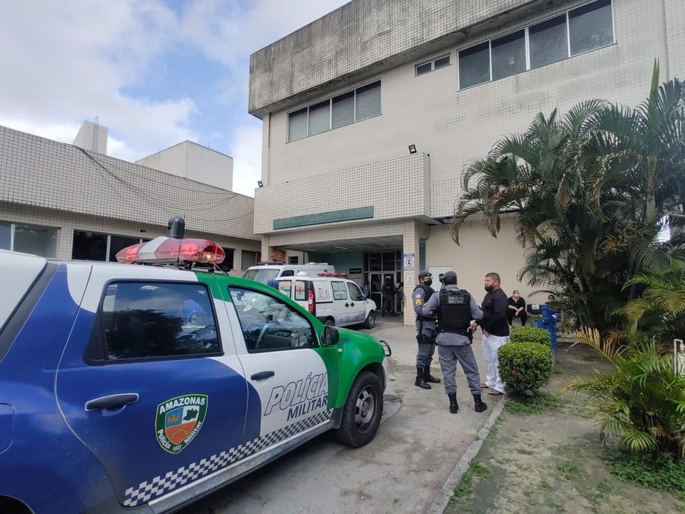 Policiais foram até o hospital João Lúcio, em Manaus, para obter informações sobre o crime na manhã desta quinta-feira (15) — Foto: Eliana Nascimento/G1
