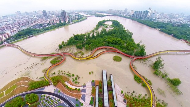 Em épocas chuvosas, a área de contenção inunda é evita as enchentes na cidade de Jinhua, na China (Foto: Divulgação)