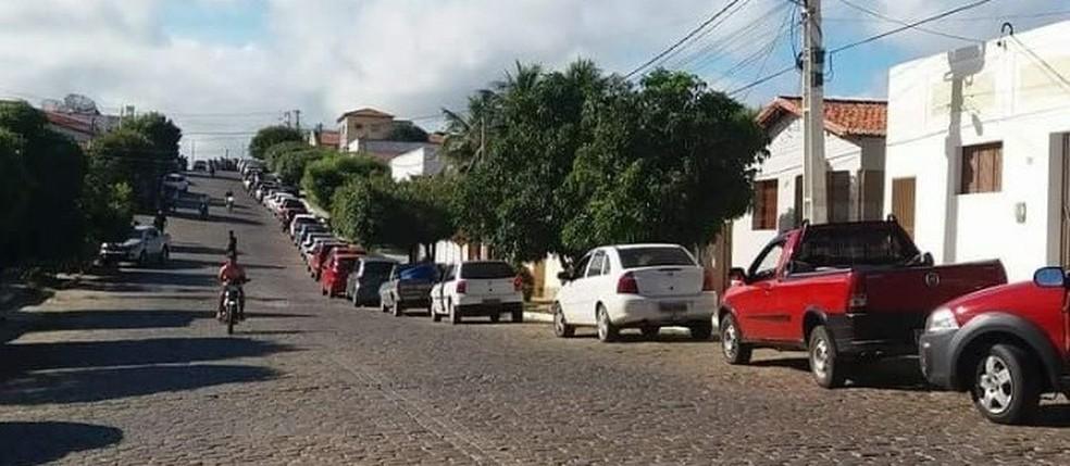 Motorista formam fila para abastecer carros em São José do Seridó, no RN  (Foto: Delano Lucena)
