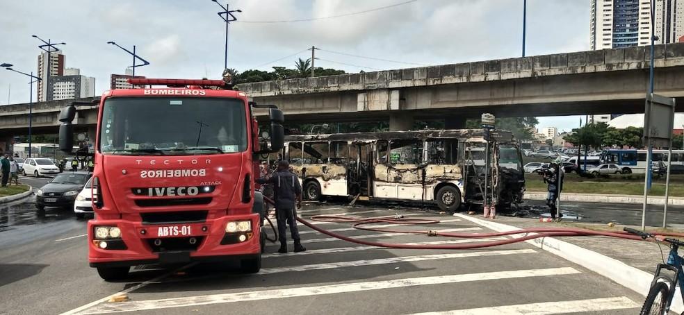 Corpo de Bombeiros debelou chamas de ônibus na Rótula do Abacaxi, em Salvador — Foto: Cid Vaz/TV Bahia