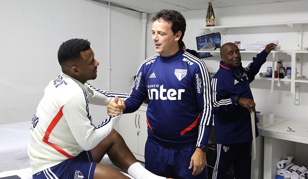 Fernando Diniz fala com o volante Luan — Foto: Rubens Chiri / saopaulofc.net