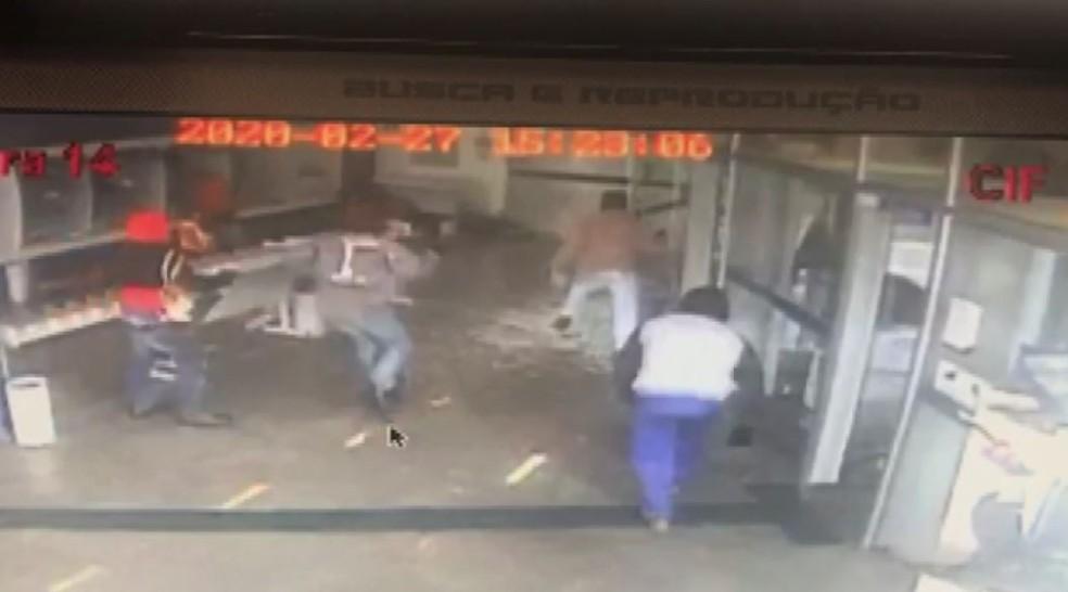 Ladrões encapuzados e armados assaltam agência da Caixa em Guariba, SP — Foto: Reprodução/EPTV