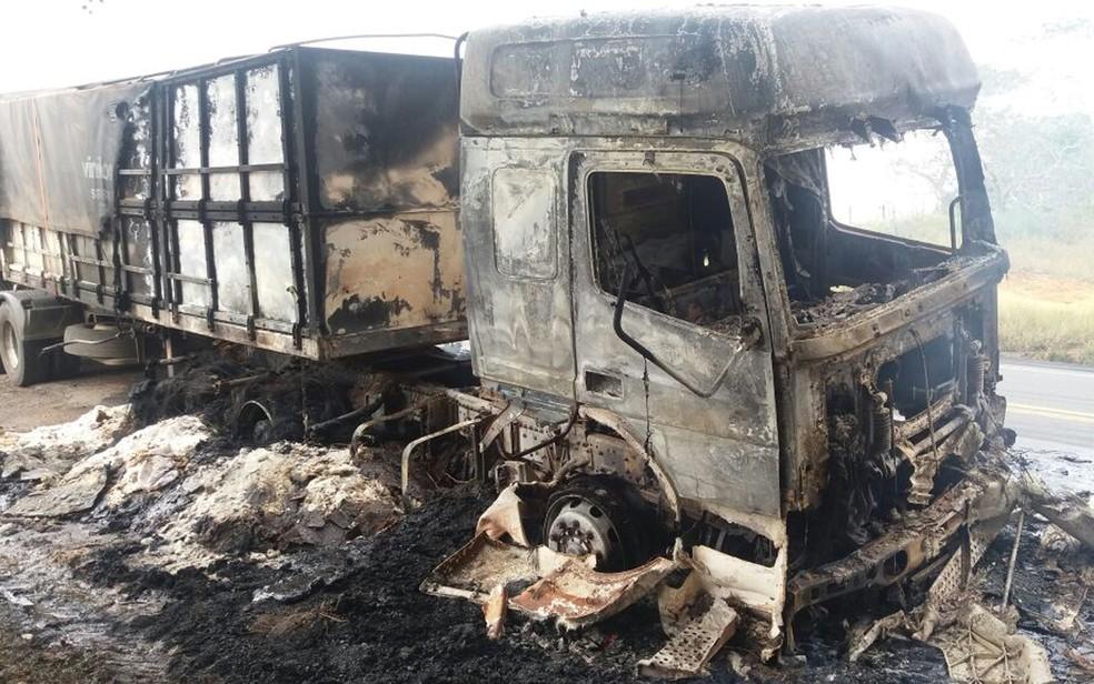 Caminhão pegou fogo na madrugada deste sábado (Foto: Divulgação/ PRF)