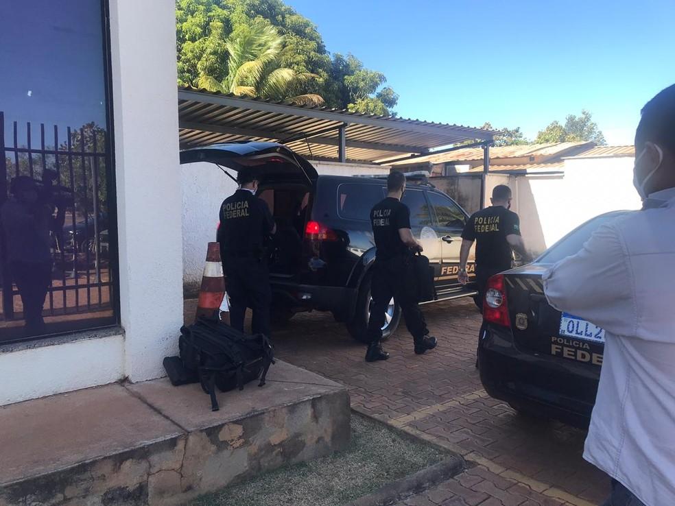 Agentes da PF cumprem mandados de prisão, busca e apreensão durante a operação Carta Marcada — Foto: Ana Paula Rehbein/TV Anhanguera