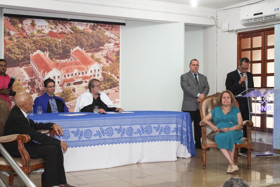 Abnael Machado e Yêdda Borzacov durante solenidade de entrega de títulos.  — Foto: Anael Francis/ Unir