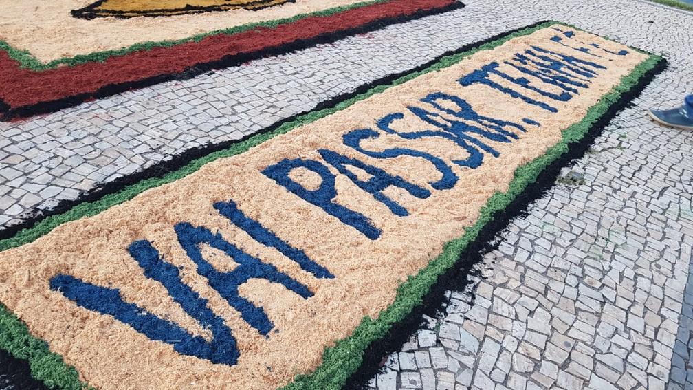 'Vai passar, tenha fé' é a mensagem passada pelos moradores de Sabará — Foto: Flávia Cristini/TV Globo