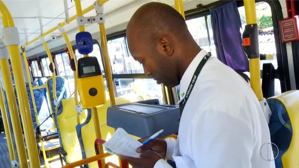Edmilson Antônio no ônibus em Petrópolis, no RJ — Foto: Reprodução/Inter TV