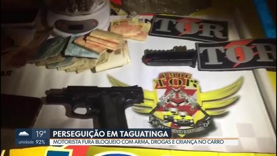 Mulher fura bloqueio policial com drogas, arma e uma criança de dois anos dentro do carro