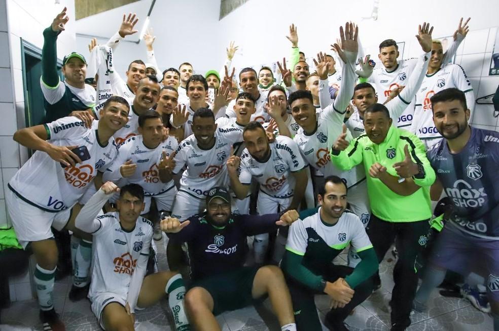 Elenco da Caldense comemora no vestiário classificação, mesmo com derrota, contra o Cruzeiro — Foto: Renan Muniz/Caldense