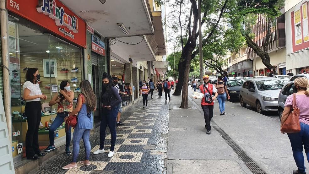 Belo-horizontinos aproveitam últimas horas de abertura do comércio para resolver pendências — Foto: Camila Falabela