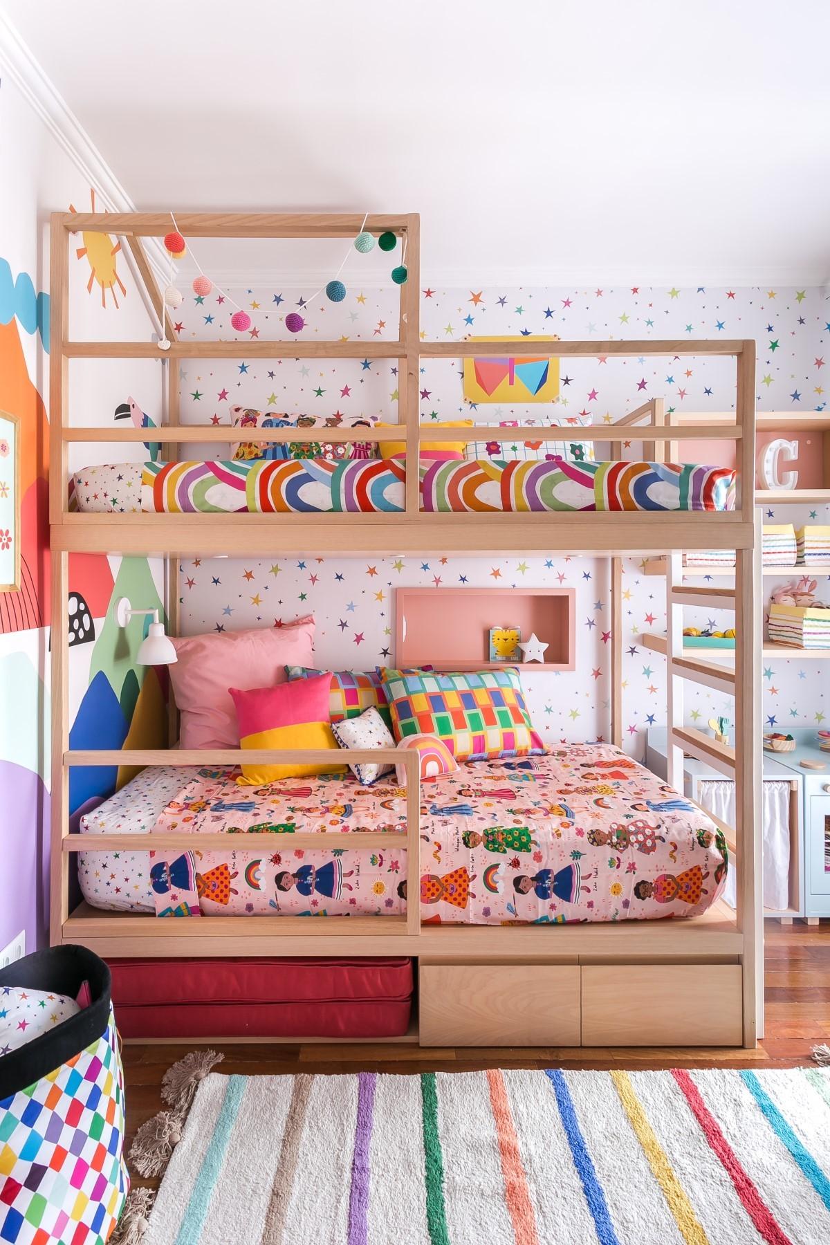 stanza |  Il letto a castello, realizzato da AMS Falegnameria, ha spazio per un materasso estraibile e due cassetti (Foto: Disclosure/Renata D'Almeida)