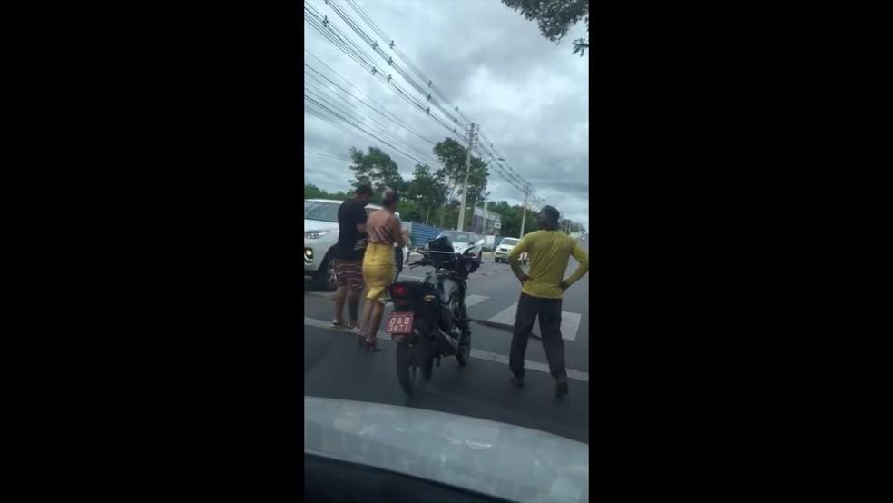 Motoristas pararam para ver e filmar cobra atravessando rua em MT — Foto: Reprodução