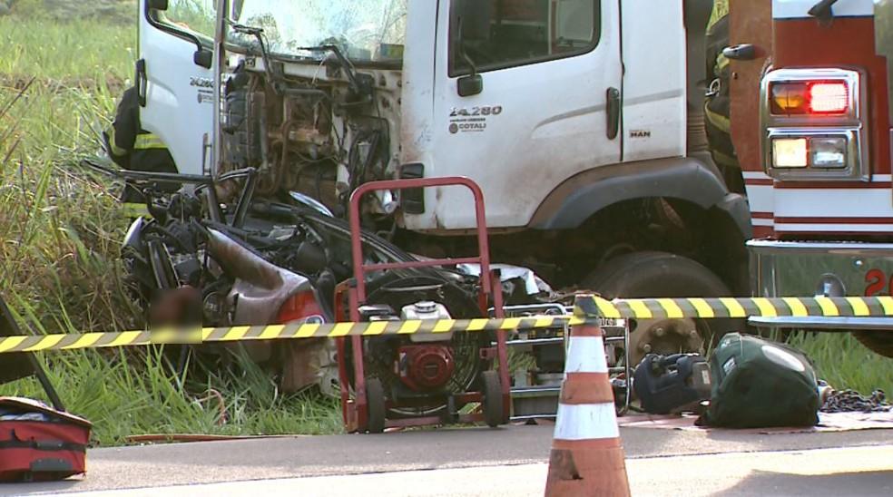 Honda Civic ficou completamente destruído ao bater de frente com carreta — Foto: José Augusto Júnior/EPTV