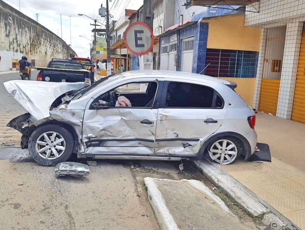 Carro dirigido por homens que foram baleados ficou destruído, em Bonança, em  Moreno, na Zona da mata Sul de Pernambuco — Foto: Polícia Rodoviária Federal/Divulgação