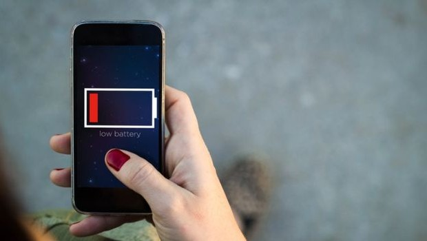 Quem nunca ficou sem bateria quando mais precisava usar o celular? (Foto: Getty Images via BBC News Brasil)