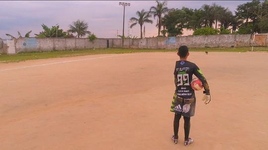 Um encontro de paredões: Paulo Victor, goleiro do Grêmio, realiza sonho de fã deficiente de Manaus