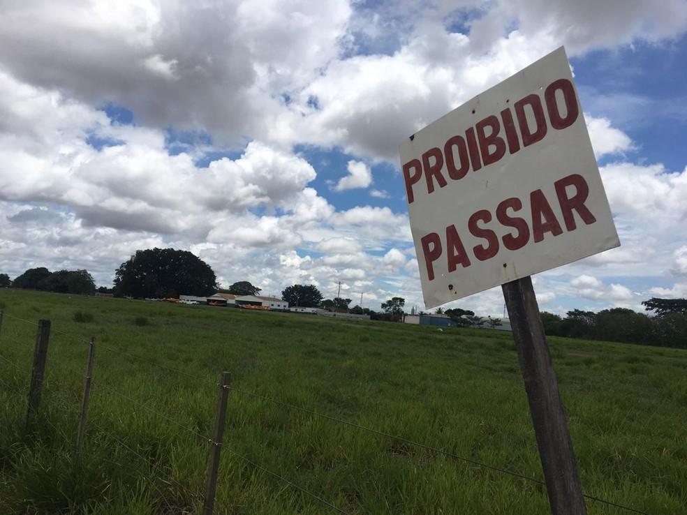 Placa no local sinaliza a proibição de pedestres — Foto: Michele Bacelar/TV TEM