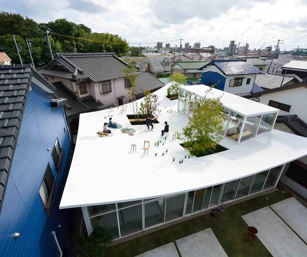Projeto no Japão tem teto curvado e copa de árvores para relaxar