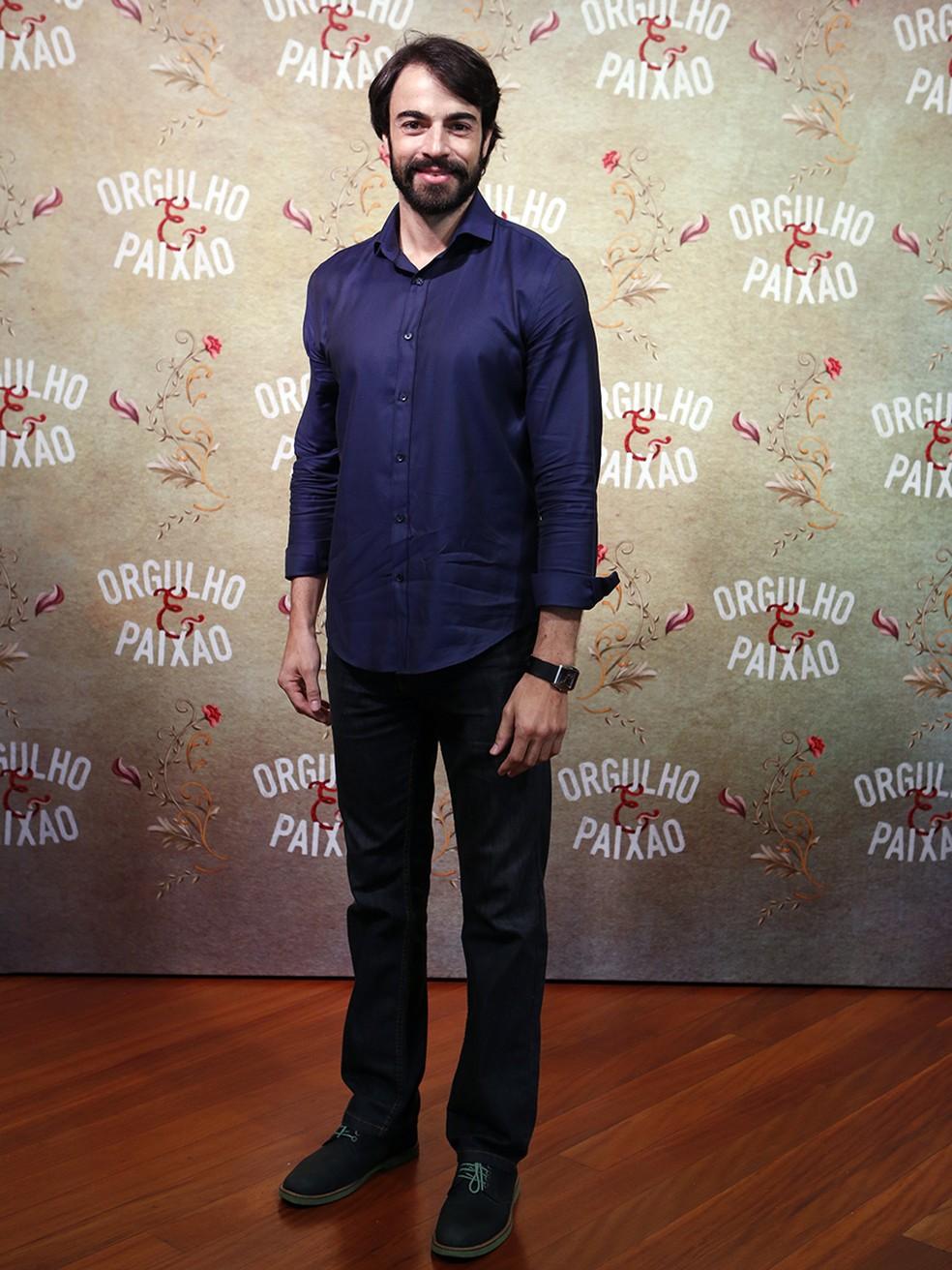 Discreto, Giordano Becheleni vai de camisa e calça escuras (Foto: Fábio Rocha/Gshow)
